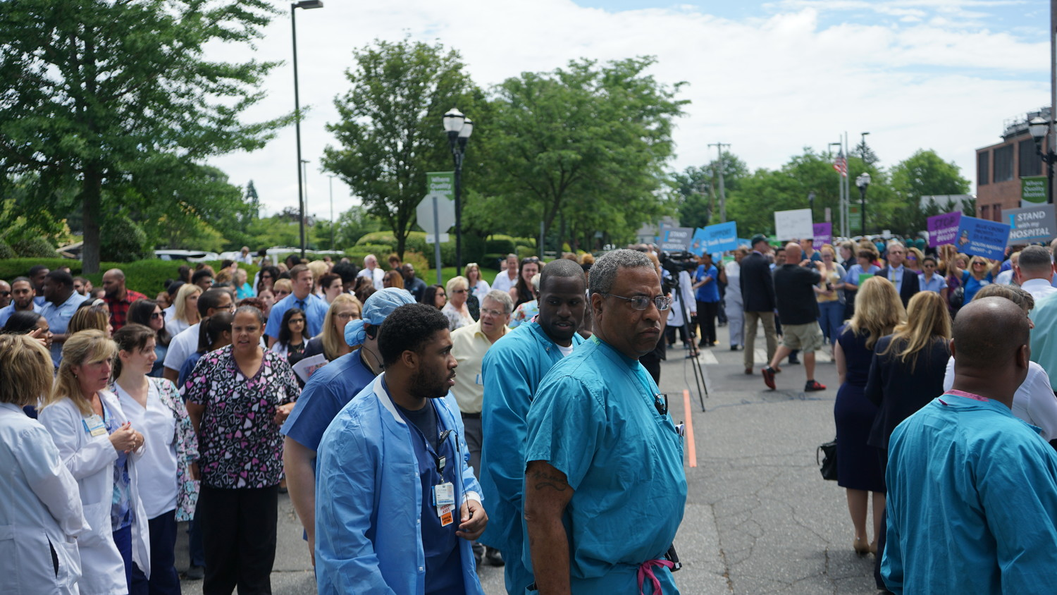Hundreds of medical center staff rallied on June 21 calling on Empire Blue Cross Blue Shield to relent in failed contract negotiations between the insurance agency and South Nassau Communities Hospital.