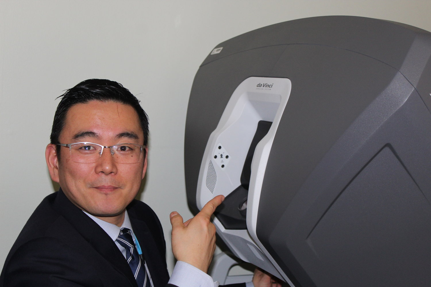 Gainosuke Sugiyama, the chief of surgery at Long Island Jewish Valley Stream, above, demonstrated how taking one's face out of the DaVinci Xi machine prevents a surgeon from operating.