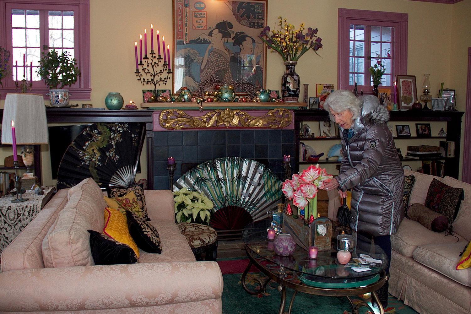 Jan Hartley peered into a budding floral arrangement in Iris Targoff's home, which bloomed with decorative floral décor.