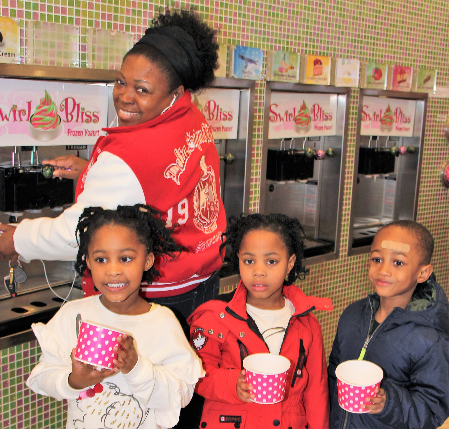 Keria Blue treated herself to frozen yogurt alongside Kayden McNeal and Mia and Madison Goodwin.