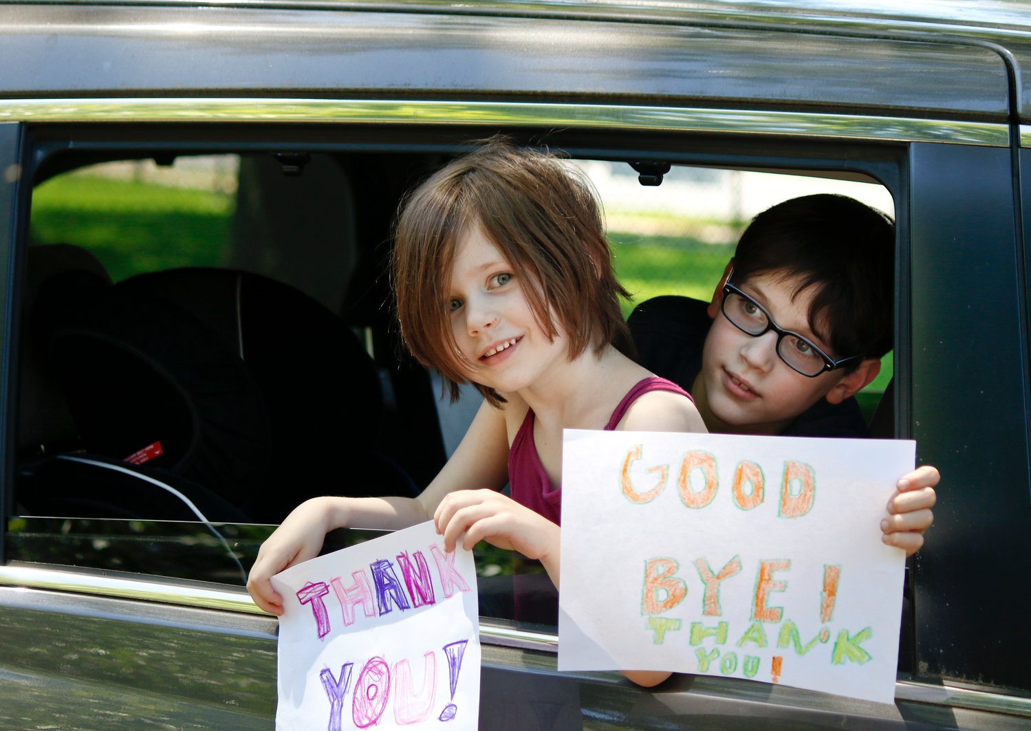 Young congregants Jack and Tessa Alberi created signs to say goodbye to the rabbis.