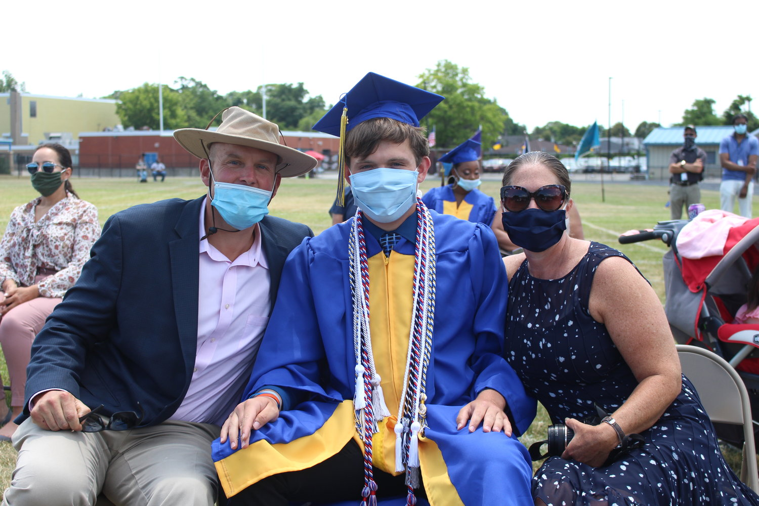 Graduate Peyton Mahler alongside his parents, Erik and Tracy.
