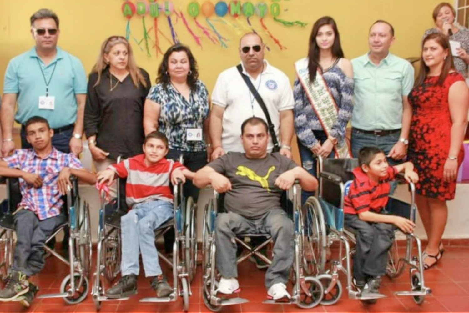 Through Comité Cívico Argentino, $1,000 was raised to buy wheelchairs in El Salvador for those who needed it with Kawaljit Chandi and Vivian Pereira, the presidents of Comité Cívico Saladoreño.