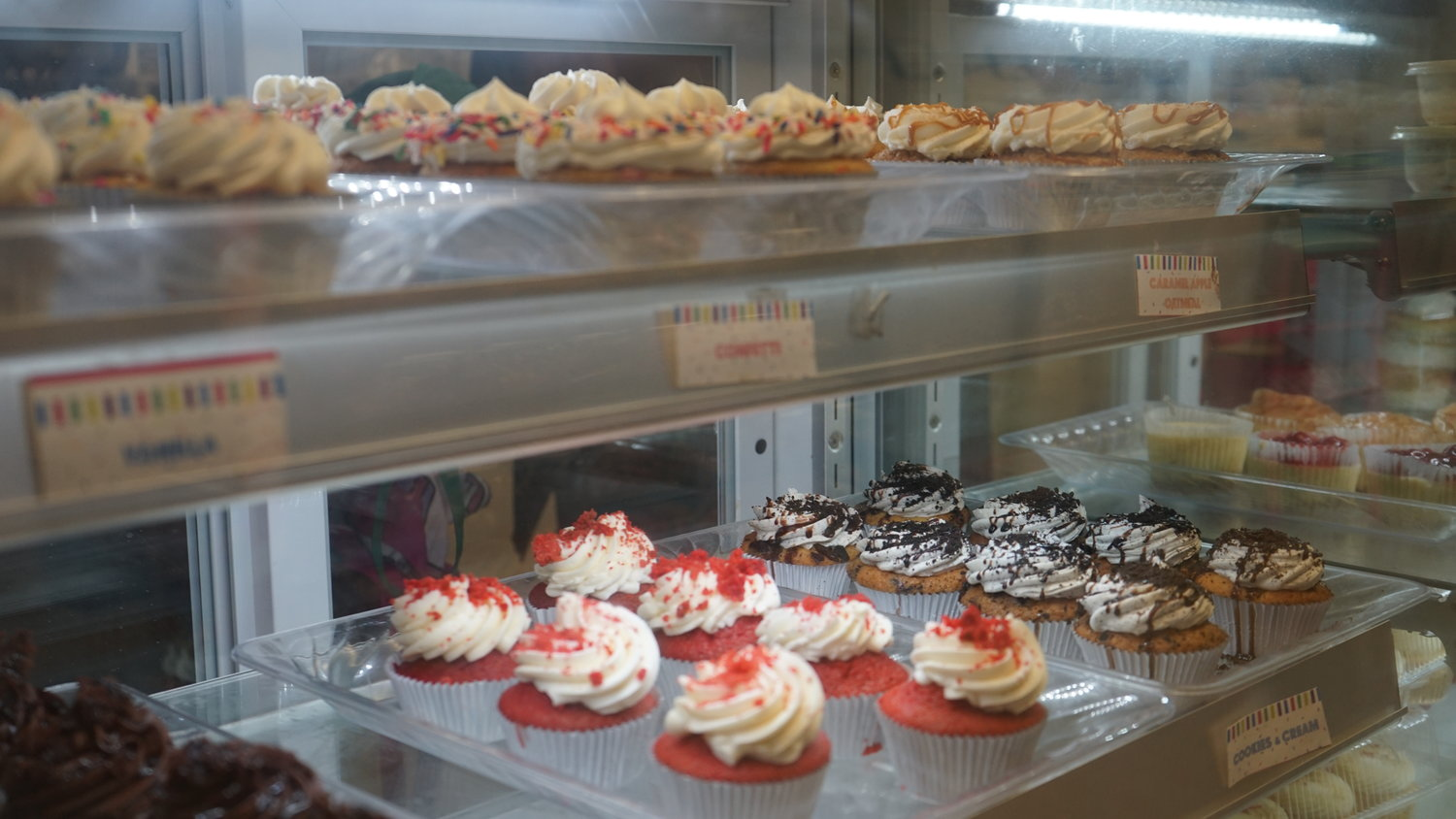 In addition to cakes, the shop provides a variety of sweets.