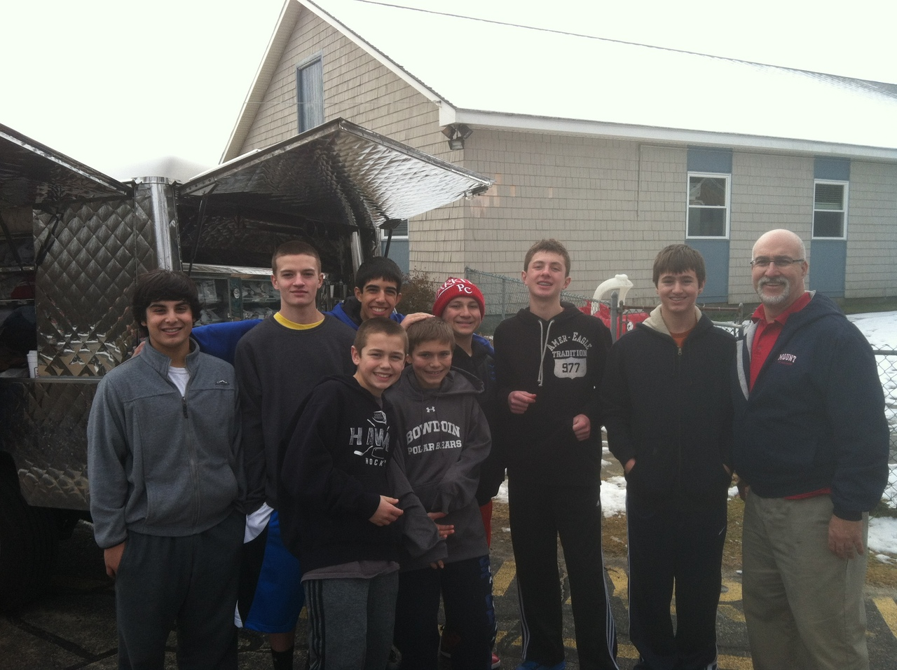Mount basketball team assists Mobile Loaves and Fishes ministry 