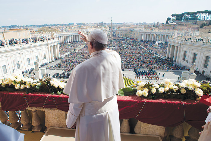 "El Papa Francisco Saluda a los fieles durante el Domingo de Pascua en el Vaticano.  Pope Francis greets the crowd during his Easter message and blessing ""urbi et orbi"" (to the city and the world) delivered from the central balcony of St. Peter's Basilica at the Vatican March 27."